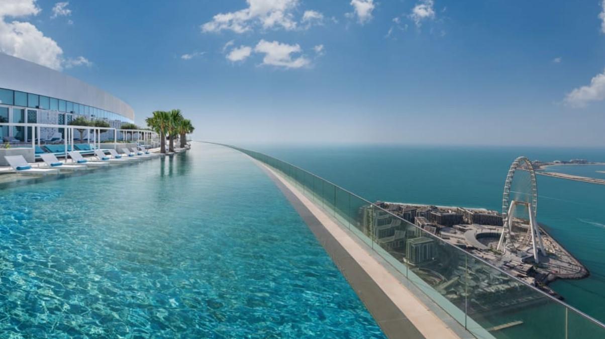 Бассейн на крыше является частью курорта Address Beach Resort at Jumeirah Gate