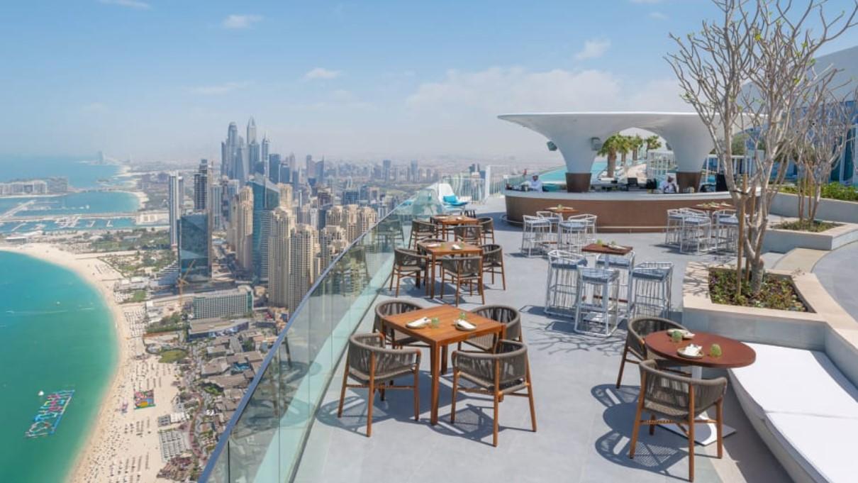 Бассейн открыт только для гостей отеля, но вы можете справиться с множеством видов, оставаясь сухим, посетив ресторан Zeta Seventy Seven.